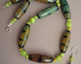 Serpentelle, Necklace and earrings made of agate, jade and silver