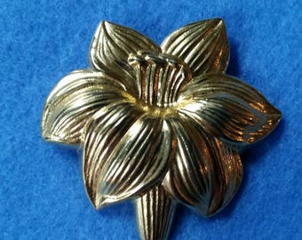 Vintage Jeri-Lou Scarf Clip, Lily Flower - vintage gold tone scarf or dress clip, scarf pin