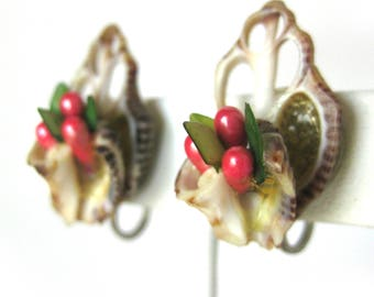 Vintage Sea Shell Tiki Earrings with Red Floral Centers / 1950s Screw Back Earrings / Tiki Style / Tiki Oasis / Beach Jewelry