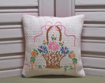 Lavender sachet, upcycled, vintage linen, scented drawer sachet, embroidery, lavender pillow, flower basket, filled with 100% dried lavender