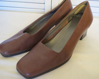 vintage Toasted Taupe Leather Classic Pumps with Stacked Wood Heel by Aerosoles - size 10 medium