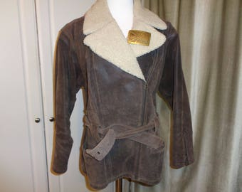 THE NORTH REMEMBERS how well this Vintage Brown Suede Leather  jacket will keep you warm in the winter months that are coming, Size Large
