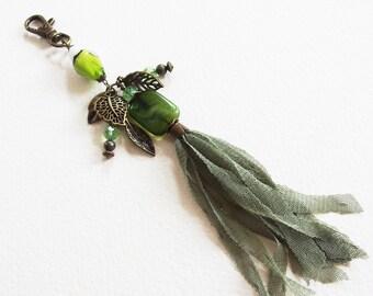 Bijou de Sac - Feuilles Vertes - Pompon tissu, Breloques Métal Bronze, Verre Lampwpork, Mousqueton - Bijou créateur, fait-main, pièce unique