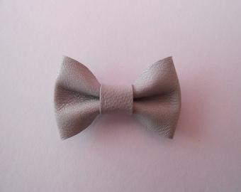 Mini 2 x 3 cm light grey leather bow