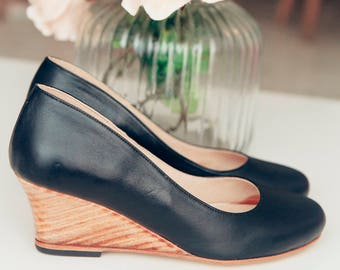 Emma Black. Romantic wedge heels shoes in black leather. Free shipping - Handmade in Argentina
