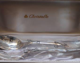 Coppia di posate da insalata Christofle con scatola. Regalo di nozze, sul manico sono incise conchiglie e lettere S forchetta e B cucchiaio