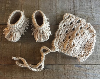 Baby bonnet and moccasins, crochet baby set, baby moccasins, baby bonnet, baby gift, baby set, hat and booties, baby accessory
