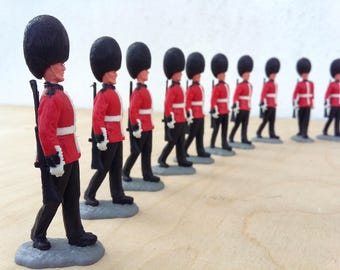 Timpo Toys ... Guardsman ... 2nd version ... Royal Guards ... soldier marching - rifle on back