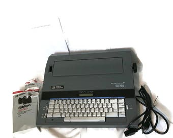 Vintage Smith Corona SD700 Electric Memory Typewriter -Spell Right 50,000 Word Dictionary, Erase / Word Correct, Extra Ribbon, FULLY WORKING