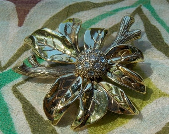 Vintage Monet Gold Tone Flower/Poinsettia Brooch  1970s