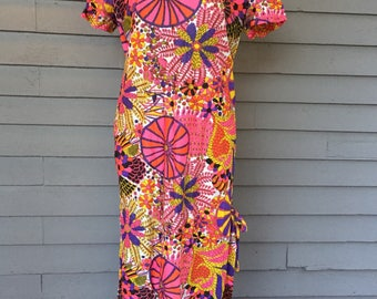 Bright 1970s Short Sleeve Long Dress with Pocket and Side Slit Size Small-Medium