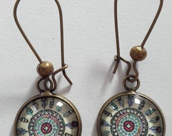 Earrings type with glass cabochon