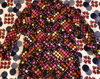Vintage Black Pink Flower Power Floral Daisy Polka Dot Long Sleeves Bark Cloth Zip Up Shirt Top With Mandarin Collar and Two Front Pockets