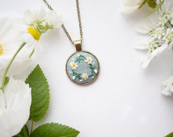Hand Embroidered Daisies Pendant, Daisy Chain Necklace, Floral Embroidery, Hand Embroidered Pendant, Textile Jewellery, Summer Daisies
