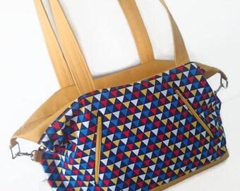 Sac à main / sac de voyage / Sac à Langer graphique avec des triangles et contraste en cuir Vegan Jaune Moutarde / Taille Médium