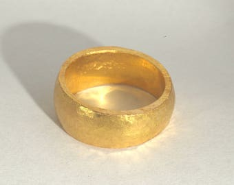 Gold ring with hammer stroke
