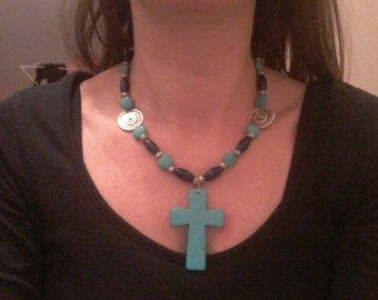 The Choker necklace in turquoise and lapis lazuli