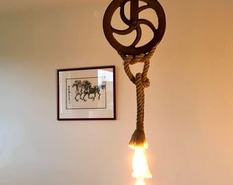 Industriële hanglamp, mooie patina katrol met twee touwlampen