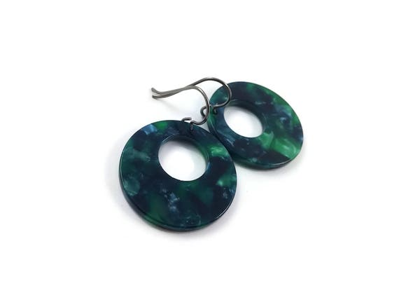 Emerald green hoops dangle earrings - Hypoallergenic pure titanium and resin earrings