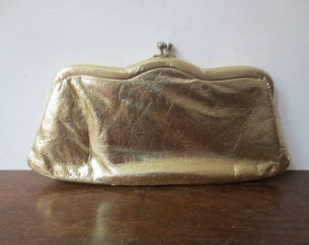 Vintage '50s/'60s Gold Lame Scallop-Shaped Kiss Lock Clutch w/ Chain Handle