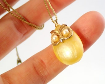 FREE Shipping Vintage Tiny Owl Charm Pendant Yellow Pearlescent Moonglow Lucite Plastic Necklace Faux Pearl Eyes Costume Jewelry