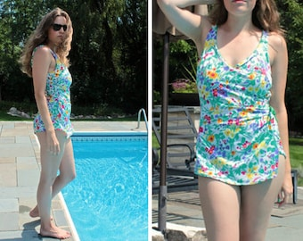 Vintage Floral SwimSuit 70s One Piece TULIP Print Woman Medium Modest Skirt Swimming Summer BEACH House Spring Break Resorts Sunbathing Suit