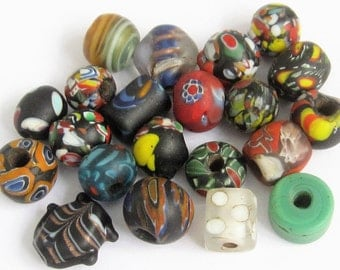Loose beads. 21 Vintage Venetian glass beads. 7mm - 15mm.
