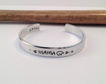 Mama Bear Manchet armband, de moeder van het nieuwe, aangepaste manchet, gepersonaliseerd cadeau met Baby douchegift, moeder Gift, Gift van de verjaardag, Gift van Kerstmis