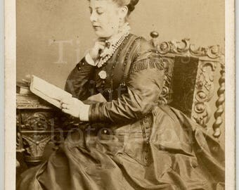 CDV Carte de Visite Photo Victorian Young Attractive Woman Reading Book Pretty Crinoline Hoop Dress Portrait - Lombardi, Brighton - Antique