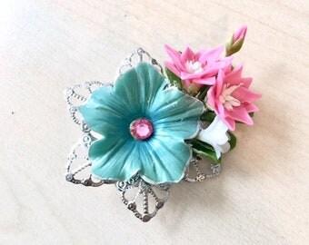 Broche bouquet de printemps avec fleurs en porcelaine froide et pate polymère, filigrane argenté