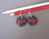 Boucles d'oreilles cadeau maitresse, boucles rondes noires et rouges, bijou maîtresse école, cahier d'écolier et taches rouges en pâte fimo