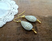 Mariage bohème: Boucles d'oreille or et ivoire, perle style ethnique, cadeau femme, wedding earrings white and gold