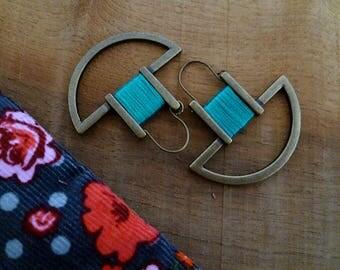 Boucles d'oreille boho graphiques émeraude et bronze, artisanales et minimalistes, cadeau femme, coton dmc, fête des mères