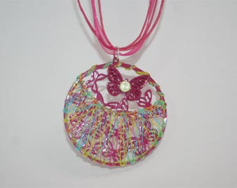 Pendant multicolored fantasy with lace to the time zones.