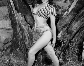 FREE SHIPPING Bettie Page Celebrity photo 11x17