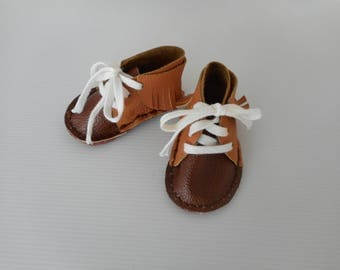 Shoes, let us put on fringes, on bootees baby brown soft leather, present birth.
