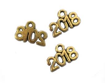 BULK 50pcs Year 2018 Charms Antique Gold Graduation Class Calender New Years Number Celebration DIY Jewelry Bangle Bracelet Pendant #1196