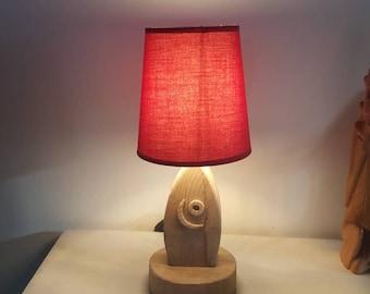 Petite lampe en bois flotté naturelle et de son abat jour rouge