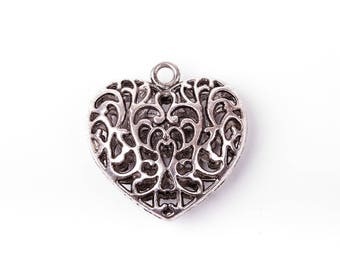 10 pendants in the shape of heart decorated with scrolls