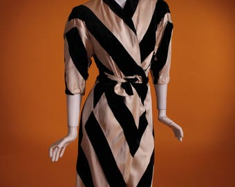 Vintage 1930's Luxurious Silk Velvet and Silk Black & Cream Bias Cut Dressing Gown. Very Hollywood Glamour! Size XS.