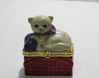 Adorable Kitty Cat Ceramic Box/container/ring holder/small storage box. More Awesome Vintage in Shoppe!