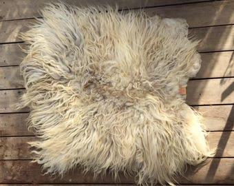 Beautiful long-haired, handgevilte sheepskin.