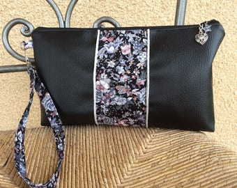 Hand clutch in black imitation leather and fabric flowers