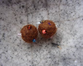 Set of 2 brown felt with sewn Pearl balls