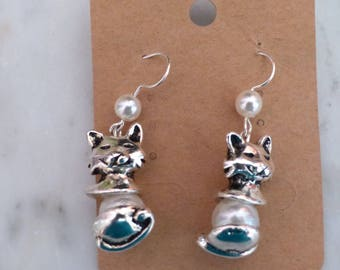A pair of cat White Pearl Earrings
