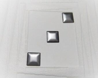 """Set de 15 clous thermocollants carrés 3d  de 7 mm """"Mademoiselle toga"""""""