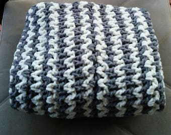 Crocheted blanket - Gray and White Bernat
