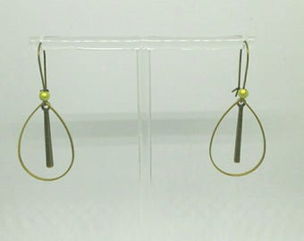 Very pretty drop earrings Golden ages and Apple green