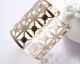 Trendy geometric Cuff Bracelet gold plated.