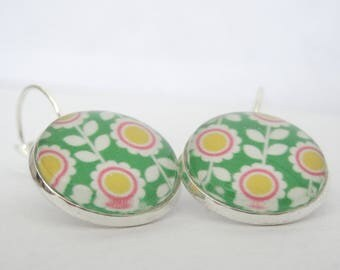 Earrings cabochon white and yellow flowers on green background